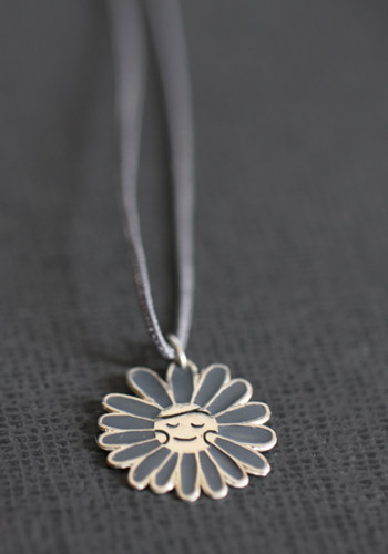 Pendentif/médaille fleur grise